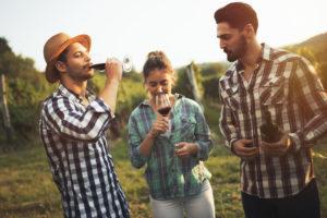 Turisti assaggiano del vino nel vitigno - Salento Food Porn - Foto di Adobe Stock