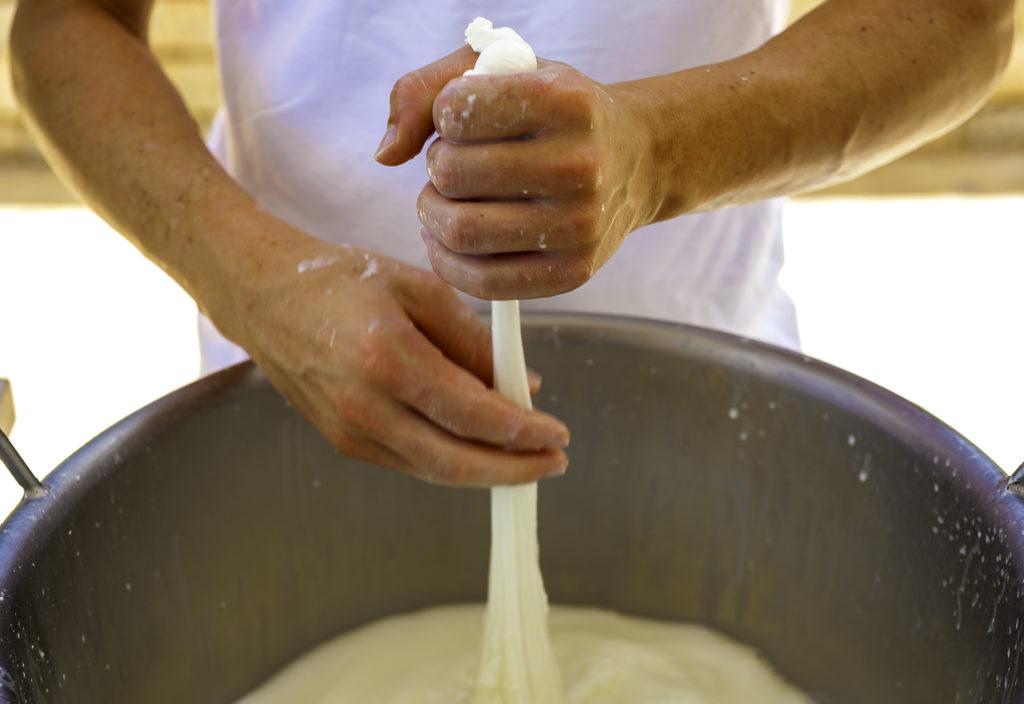 Lavorazione della mozzarella nel caseificio - Salento Food Porn - Foto by Adobe Stock